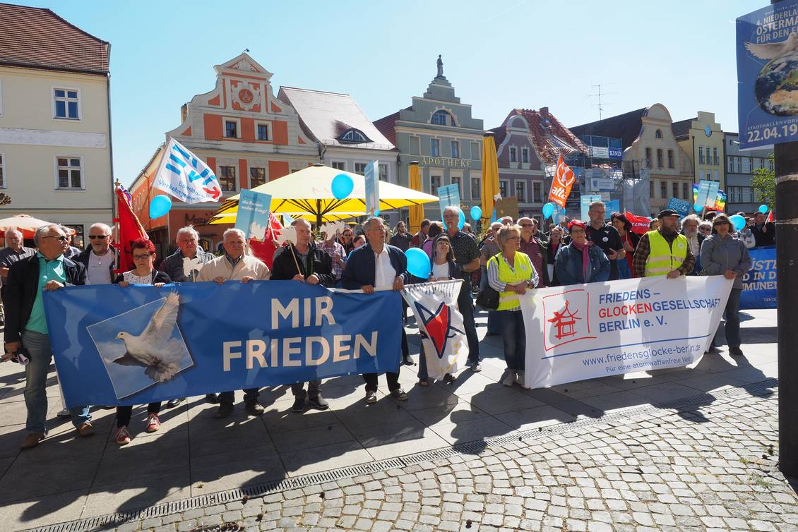 Demonstration mit Transparenten und Luftballons